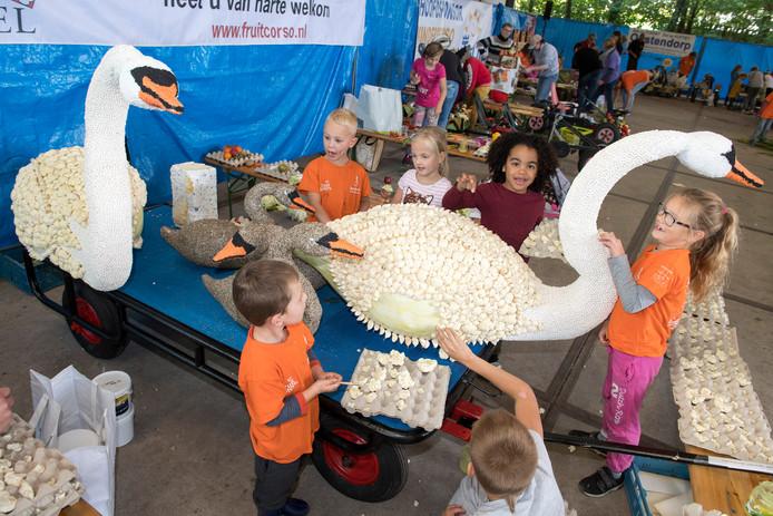 Er werd volop geplakt tijdens de voorbereidingsdag van het Kindercorso.