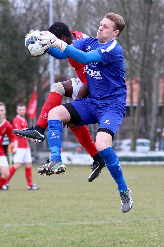 Klemvast. De Zwerver-doelman Bas Bijkerk plukt de bal klemvast weg voor het hoofd van DFC-aanvaller Bright Omorogbe.
