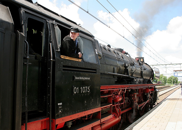 Sander Husen de machinist van de stoomtrein die zaterdag vanwege de opening van het nieuwe station Breda vijf retourtjes Roosendaal doet