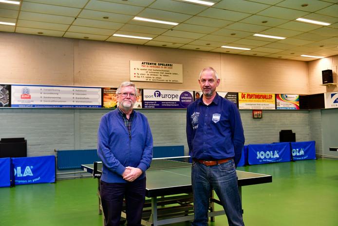 Erevoorzitter Geert Bons (l) en de huidige preses Petro van den Bos op locatie bij tafeltennisvereniging TTV Flash in Woensel.