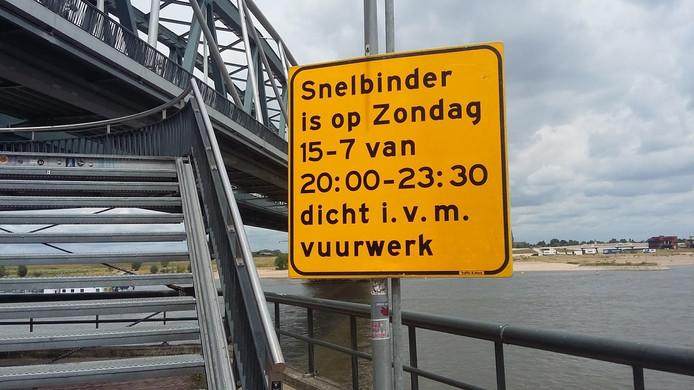 De Snelbinder, het fiets-en voetpad langs de spoorbrug in Nijmegen, is zondagavond afgesloten vanwege het vuurwerkspektakel 'De Waal in vlammen'