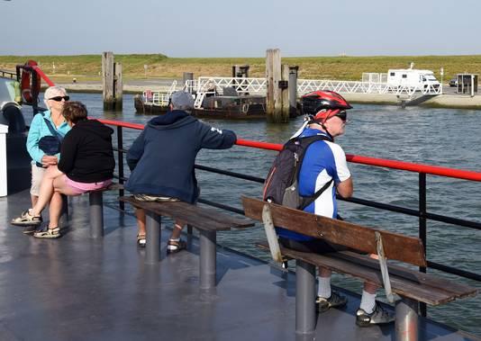 Vooral fietsers varen van Perkpolder naar Hansweert en vice versa.