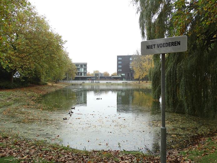 Aan de vijver bij woonzorgcentrum De Blide aan de Axelsestraat zijn extra bordjes 'niet voederen' geplaatst.