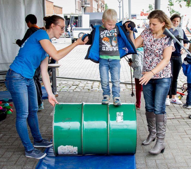 Medewerkers van El Circo Fiasco, dat meewerkt aan het nieuwe project, helpen op Theater aan Twater een jongetje op een vat te lopen.