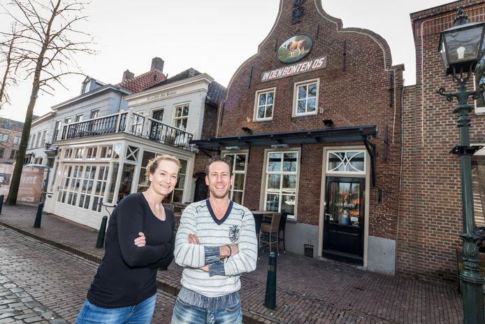 Maike van den Biggelaar en Jouke Putmans zijn de nieuwe uitbaters van café De Bonte Os aan de Markt in Oirschot.