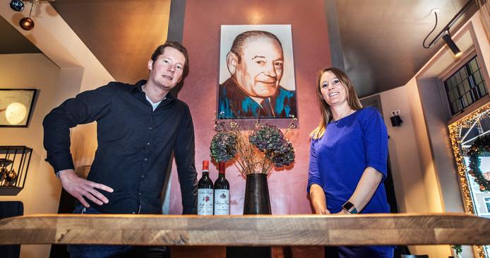 Eigenaren Michel en Margot hebben de bistro kunnen financieren met geld van opa Jules, wiens portret hangt in het restaurant