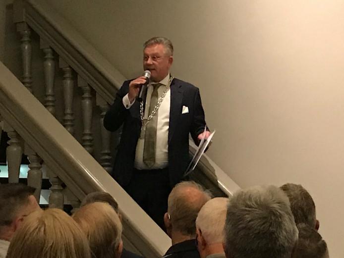 Op de trap van de raadszaal houdt Pieter van Maaren zijn eerste nieuwjaarstoespraak als burgemeester van Zaltbommel.