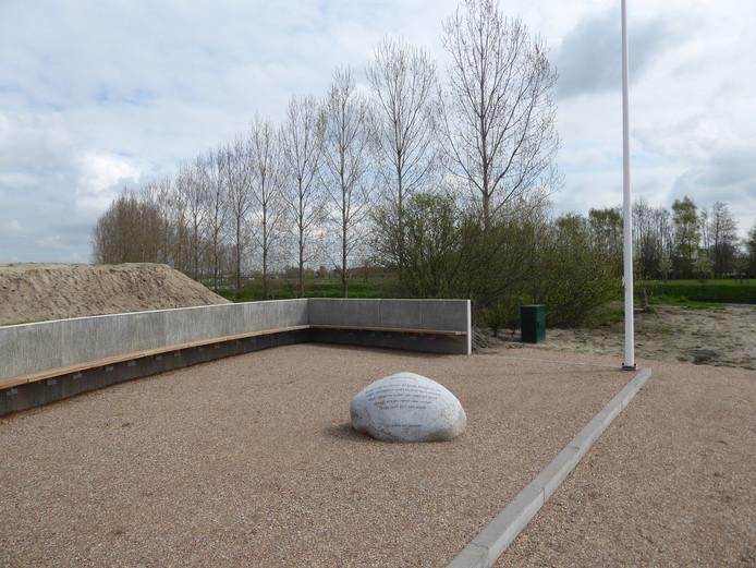 Bij het nieuwe Haventje in Esch zijn banken en een vlaggenmast gezet. Op de zwerfkei staat een mooi gedicht over de Essche Stroom. Een ideale plek voor dodenherdenking op 4 mei.