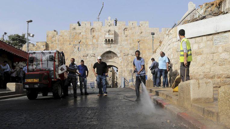 Een straat bij de Oude Stad in Jeruzalem wordt schoongespoten nadat een Palestijn is doodgeschoten. Hij probeerde een politieagent te steken met een mes. Beeld reuters