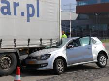 Punt laadbak vrachtwagen doorboort voorruit auto