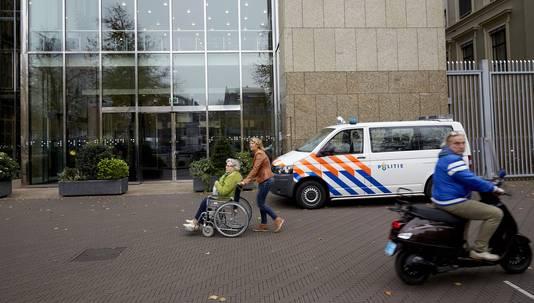 Een ingang van de Tweede Kamer in Den Haag