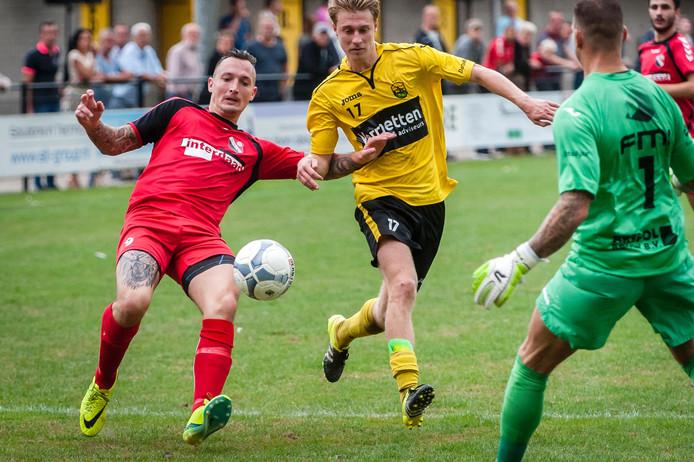 Thomas van der Spek probeert Yoeri Rombouts van IFC van de bal te zetten voordat hij bij doelman Arien Pietersma komt. Foto: Tonny Presser/Pix4profs