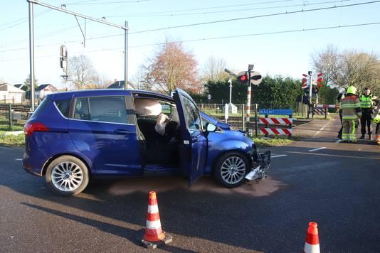 De beschadigde auto waarmee een vrouw botste met een trein op een spoorwegovergang in Meteren.