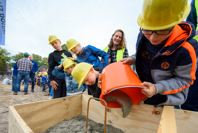 De officiële eerste bouwhandeling van het nieuwe dorpshuis/school in Leende was vorige maand. Schoolkinderen hielpen met het storten van de fundering.