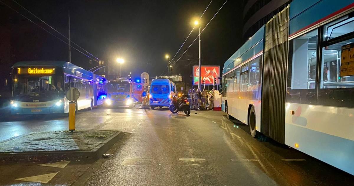 Fietser overlijdt na botsing met trolleybus in Arnhem.