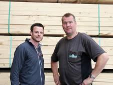 Leerlingen Morgen College Harderwijk bouwen speeltoestellen bij houthandel Albert van der Horst in Ermelo