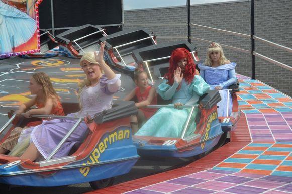 De Disney-prinsessen tijdens een ritje op de rups.