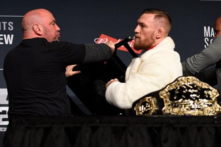 Dana White (l) met Conor McGregor.