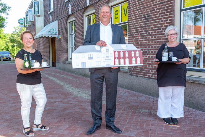 Van links naar rechts Janine Vroegop, pand-eigenaar Arjan van Dijke en Carina van Vossen.