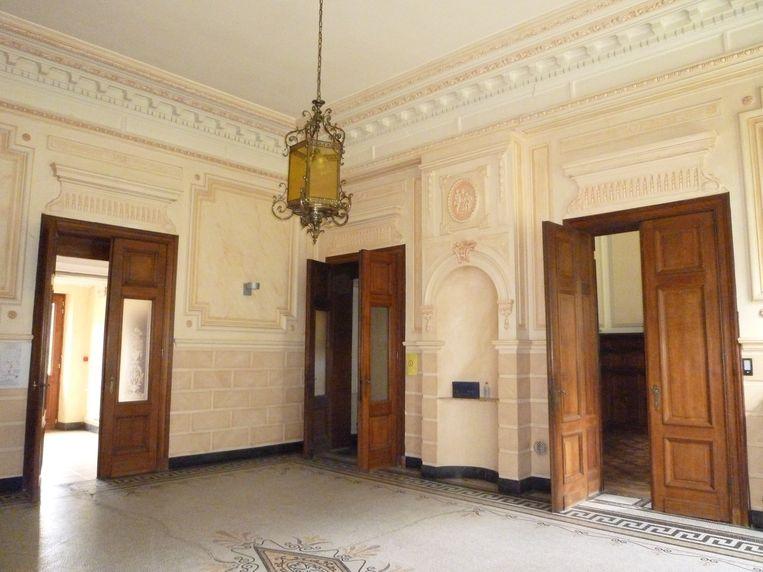 De inkomhal met origineel houtwerk, vloeren en plafond.