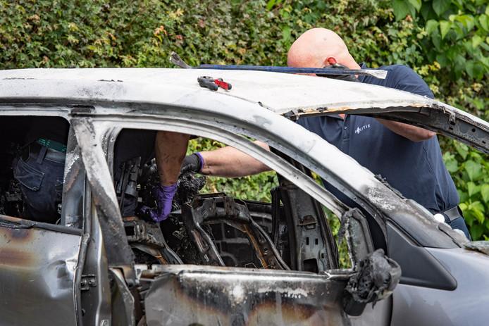 De recherche doet uitgebreid onderzoek naar de uitgebrande Renault zonder kentekenplaten, in Houten.