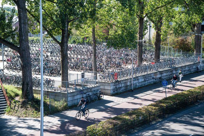 De gemeente Nijmegen controleert fietsen van langparkeerders bij de stalling onder het station en bij de Tunnelweg (zie foto).