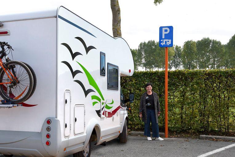 Schepen van toerisme Dominique Tielens op één van de nieuwe camperplaatsen.
