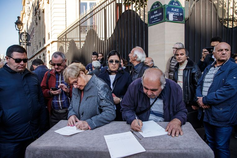 Mensen tekenen het rouwregister voor Charles Aznavour.
