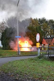 Uitslaande brand verwoest auto in Den Velde