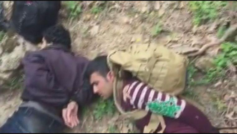 Beeld uit de video waarop te zien is hoe migranten aan de Bulgaarse grens worden vastgebonden. Beeld null