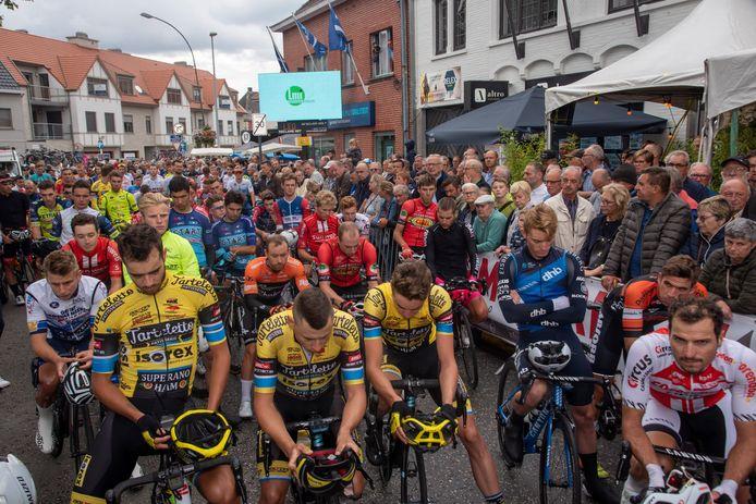 Minuut stilte voor de start van Heusden Koers voor Bjorg Lambrecht.