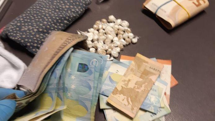 De twee drugsdealers hadden meerdere bolletjes met vermoedelijk cocaïne en heroïne op zak.