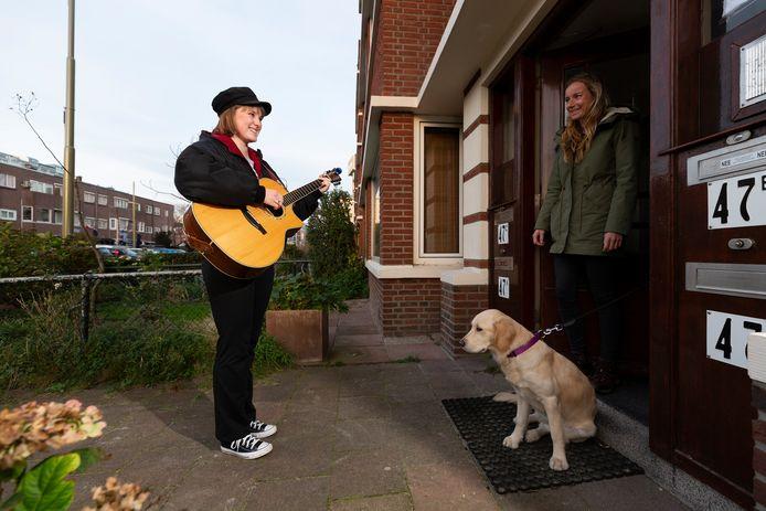Sing- en songwriter Teddy Macrander geeft een voordeurconcert.
