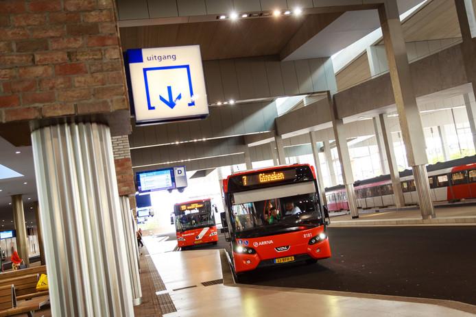Arrivabussen op het NS-station van Breda.
