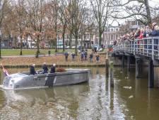 Zwollenaren bewijzen Carla Klompenmaker laatste eer tijdens vaartocht over stadsgracht