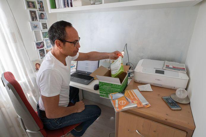 Energiecoach Paul Jacobs werkt thuis door de coronacrisis. Op zijn bureau de Energiedoos die hij bij zijn 'klanten' thuis bezorgt.