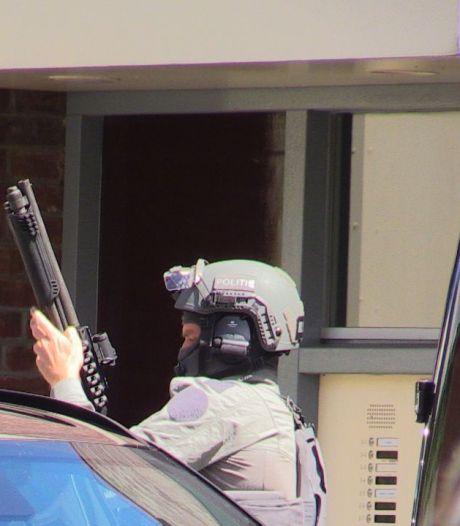 Arrestatieteam pakt verwarde man op die urenlang huisraad op straat gooit in Enschede