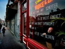 Stadsdichter Juno voorziet ramen Dordtse verlaten cafés van gedichten in coronatijd