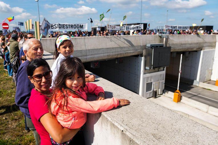 Actievoerders stapten van Fort 3 naar het tunneldak op de Krijgsbaan, aan het einde van de startbaan.