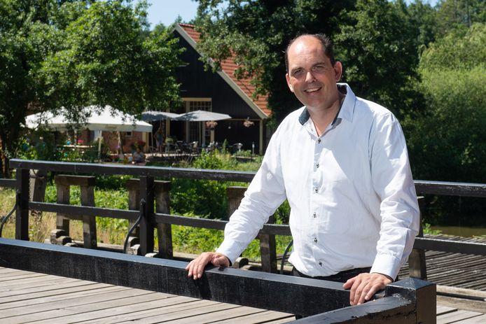 Harry Assink voor zijn Teestube, die hij sinds kort pacht van Landgoed Twickel.