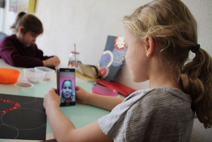 Yfke (8) is aan het beeldbellen met haar beste vriendinnetje Isa, omdat ze haar deze weken niet op school ziet.