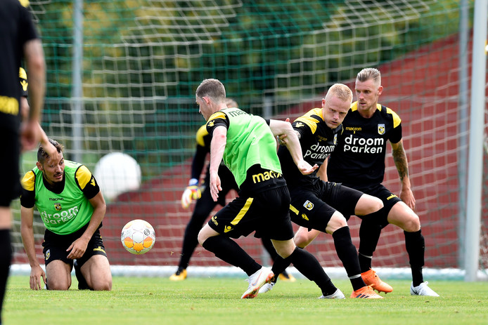 De  strijd om een plek in het elftal levert bij Vitesse mooie gevechten op. De nieuwe Deen Rasmus Thelander duelleert hier met Thomas Buitink, talent uit eigen stal.
