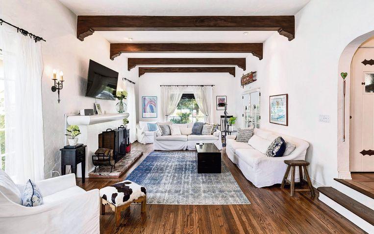 Houten balken en een houten vloer doen het huis baden in een vintage sfeer.