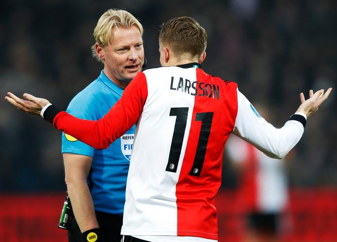 Kevin Blom (l) in gesprek met Feyenoorder Sam Larsson.