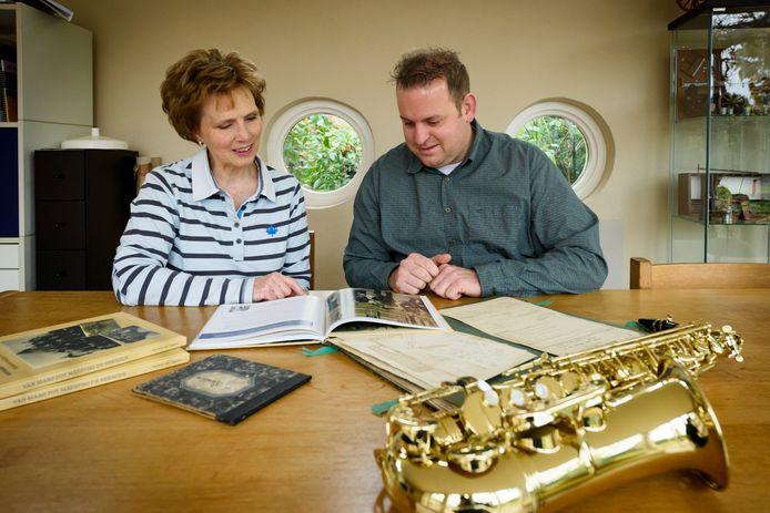 OIRSCHOT - *Nicoline van Tiggelen* en *Stijn van Es*, samen met het boek dat zij samenstelden over 170 jaar muziekvereniging De Vriendschap