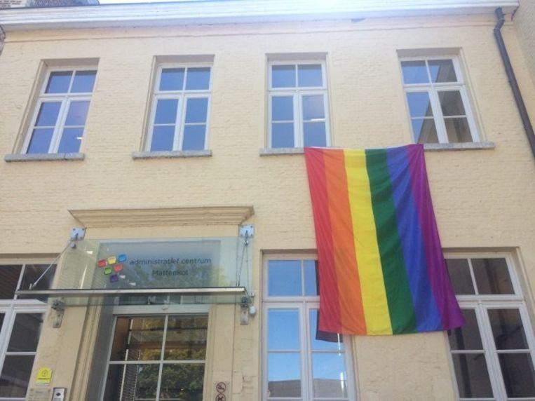 De regenboogvlag hangt vrijdag uit aan het administratief centrum Mattenkot.