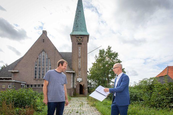 Wethouder Maarten Both bood donderdagmiddag de overeenkomst voor herontwikkeling van de Bathsewegkerk in Rilland aan aan eigenaar Johan Berting. De bouwvallige kerk maakt plaats voor een appartementengebouw, de toren wordt gerestaureerd en verkocht aan de gemeente Reimerswaal.