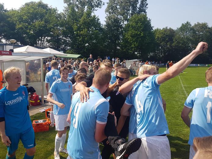 Trainer Stef Lamberink is het middelpunt van de feestvreugde in Balkbrug.