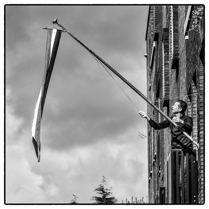 Luc Stenekes hangt de Nederlandse wimpel aan zijn pui.