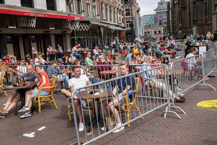 Horeca in het centrum van Haarlem, begin juni. Beeld Arie Kievit